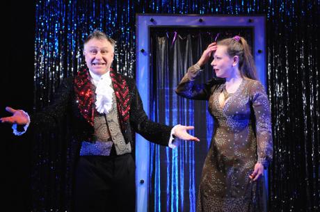FOTO: Antonín Procházka a Veronika Holubová v Procházkově komedii Kouzlo 4D (DJKT, 2012)