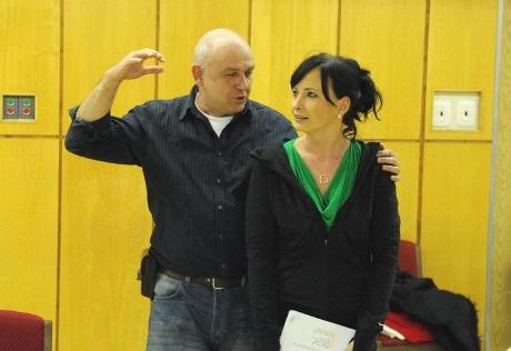 FOTO: Režisér Roman Meluzín a Daniela Šinkorová při zkoušce muzikálu Prodavači snů (DJKT, 2012)
