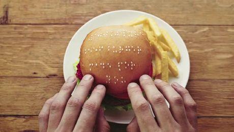 FOTO: Hamburger s braillovým písmem