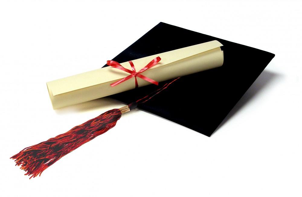 FOTO: Diplom a akademický baret