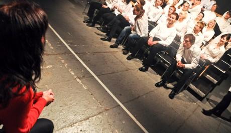 FOTO: Představení Zrcadlo, soubor Depresivní děti touží po penězích, Divadlo Kampa