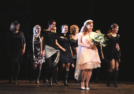 FOTO: Radka Sehnoutková se sborem v Mozartově opeře Don Giovanni (DJKT, 2012)