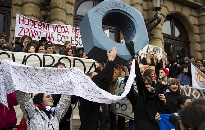 Studenti se sešli před rudolfinem. Foto: Tereza Menclová, Topzine.cz