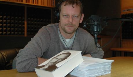 FOTO: Martin Stránský ve studiu namlouvá knihu Steve Jobs