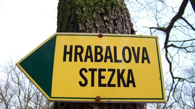 FOTO: Hrabalova stezka, směrovka u Hájenky.