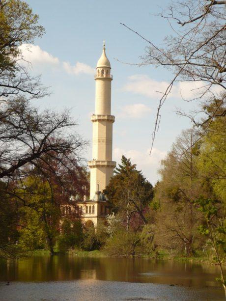 FOTO: Minaret v Lednici se stromy