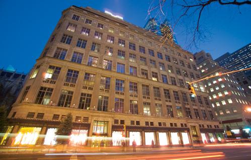 FOTO: obchod Saks Fifth Avenue za noci