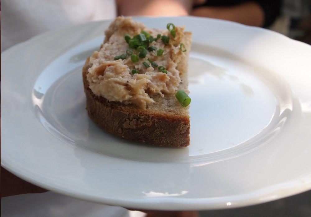 FOTO: Domácí kmínový chlebíček se škvarkovou pomazánkou s jalapeňos