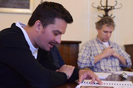 FOTO: Kryštof Rímský a Bronislav Kotiš při první čtené zkoušce komedie V nouzi poznáš přítele (Divadelní léto, 2012)