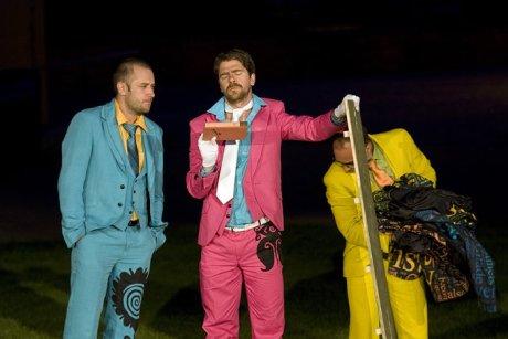 FOTO: Michal Štěrba, Viktor Limr a Antonín Procházka ml. v Shakespearově komedii Marná lásky snaha (Divadelní léto, 2011)