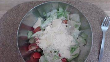 Zeleninový salát s tuňákem a olivami