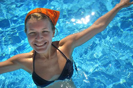 FOTO: Dívka v bazénu