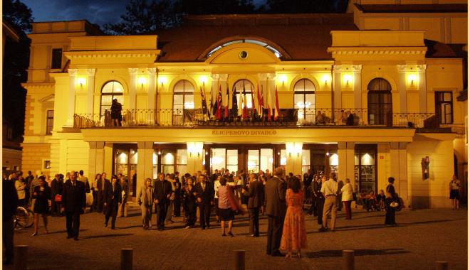 FOTO: Nasvícené Klicperovo divadlo