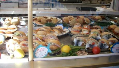 FOTO: Tradiční pokrm. Rybí hamburger neboli Fischbrötschen. Zdroj: Archiv Moniky Bukáčkové