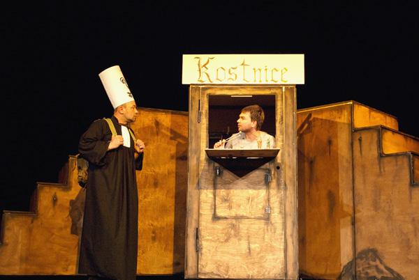 FOTO: Divadlo Aqualung zahraje Mistra Husa v jízdárně ve Světcích