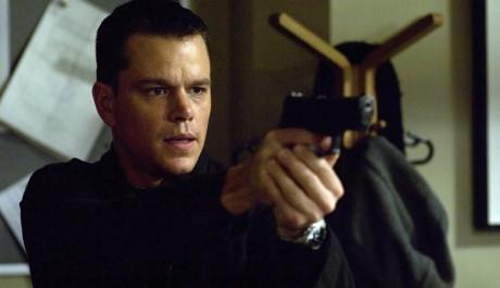 Bourne si nic nepamatuje, ale zbraň ovládá bravurně. Zdroj: Bonton