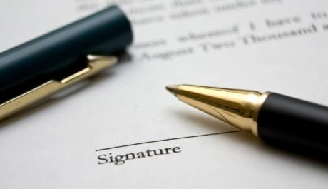 FOTO: Listina k podpisu a pero