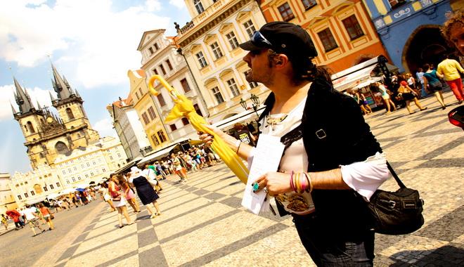 Průvodce Karim na Staroměstském náměstí.