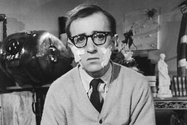 Woody Allen ve filmu Co je nového, kočičko? z roku 1965. Zdroj: distributor filmu.
