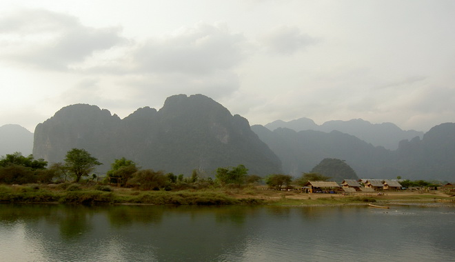 Břeh řeky Mekong v Laousu