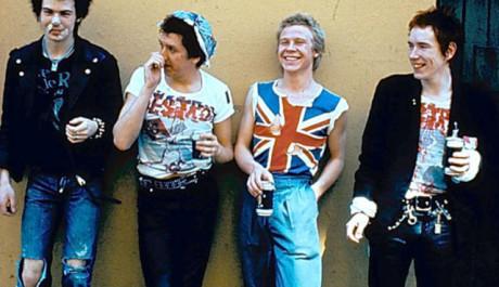 Sex Pistols v době největší slávy, Lydon zcela vpravo. Zdroj: sexpistolsofficial.com