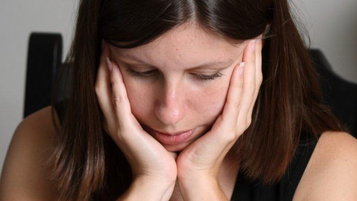FOTO: Studentka s tváří v dlaních
