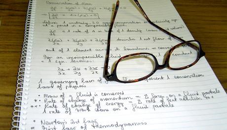 FOTO: Poznámky v sešitě a brýle na čtení