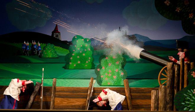 FOTO: Divadlo Drak přivezlo do Divadla v Celetné inscenaci U kanónu stál