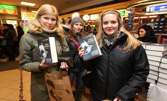 OBR: Předprodej knihy Padesát odstínů temnoty přilákal na tři stovky lidí.