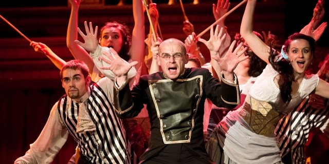 Role Bednáře působí značně nadpočetným dojmem. Zdroj: divadlo Broadway