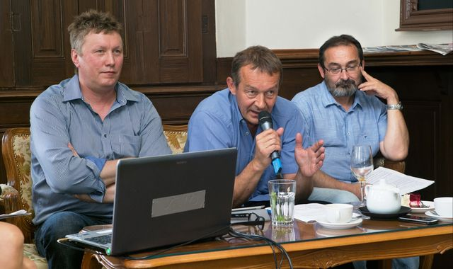 FOTO: Výkonný ředitel Tomáš Motl, moderátor Jiří Podzimek a mediální analytik Milan Kruml