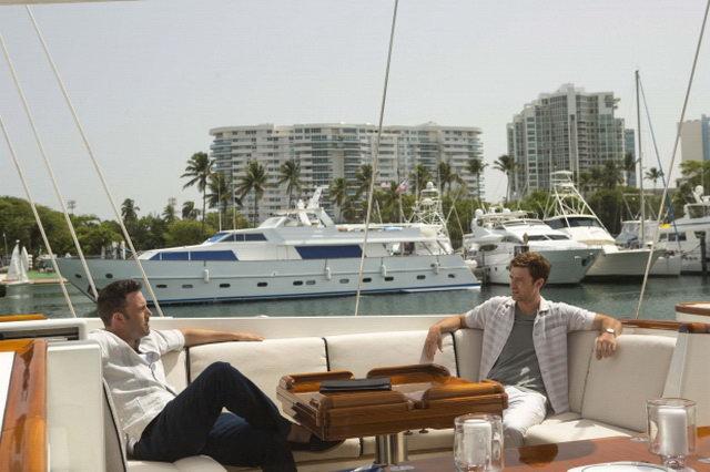 Luxusní jachty, šampańské a krásné ženy. Kdo by nechtěl takový život?