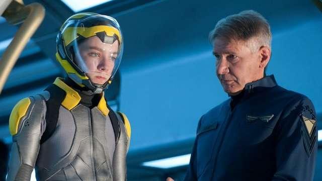 Asa Butterfield a Harrison Ford ve snímku Enderova hra. Zdroj: Bontonfilm CZ