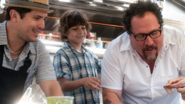 Jon Favreau (vpravo) si ve snímku Chef vystřihl trojroli. Zdroj: Distributor filmu
