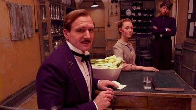 Ralph Fiennes se objeví v trochu netypické komediální roli. Zdroj: CinemArt