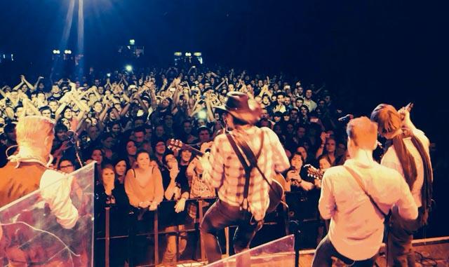 Kapela při koncertu. Zdroj: www.facebook.com/royalrepublic