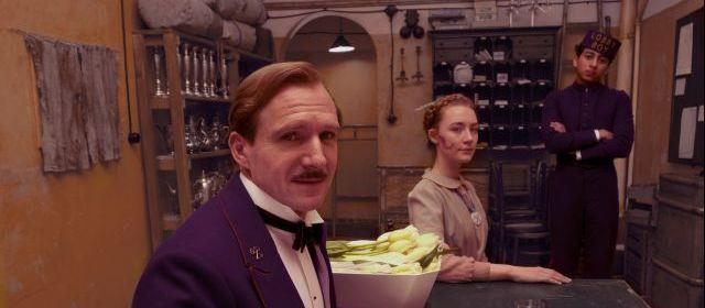 Ralph Fiennes ze svých rolí padouchů přešel na zženštilého správce hotelu. Zdroj: Cinemart