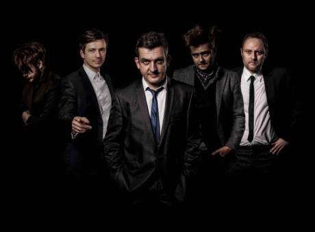 The Prostitutes uprostřed se zpěvákem Adrianem T. Bellem | Zdroj: Go Photography
