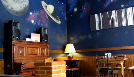 FOTO: Pravidelná čtení poezie probíhají v prostorech baru Blaze. Zdroj foto: www.blaze-zizkov.cz