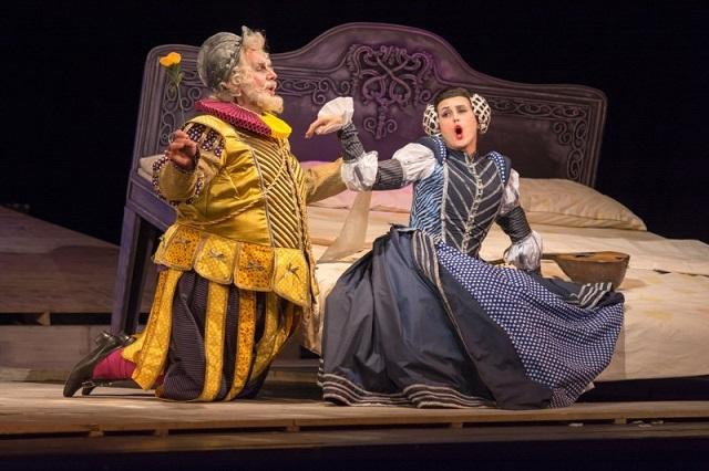 FOTO: Falstaff se pokouší svést zámožnou Alici, která ale svůj zájem pouze předstírá