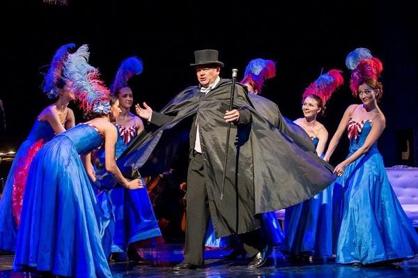 FOTO: Po boku operetních zpěváků bavili diváky i tanečníci v pestrobarevných kostýmech.