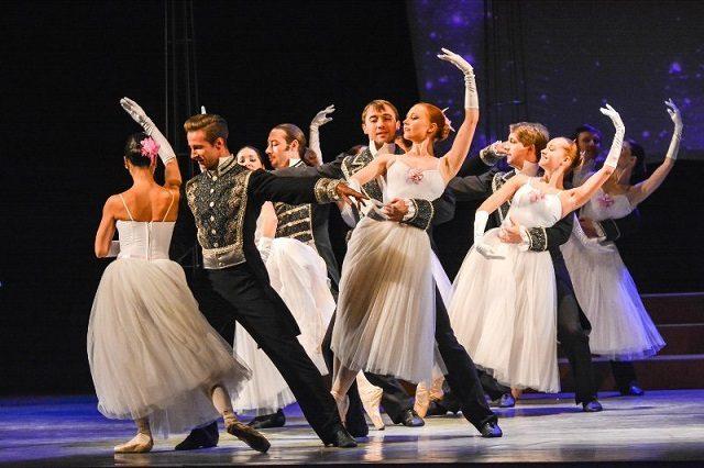 FOTO: Tanečníci si během představení oblékli plesové šaty i cikánské kostýmy.