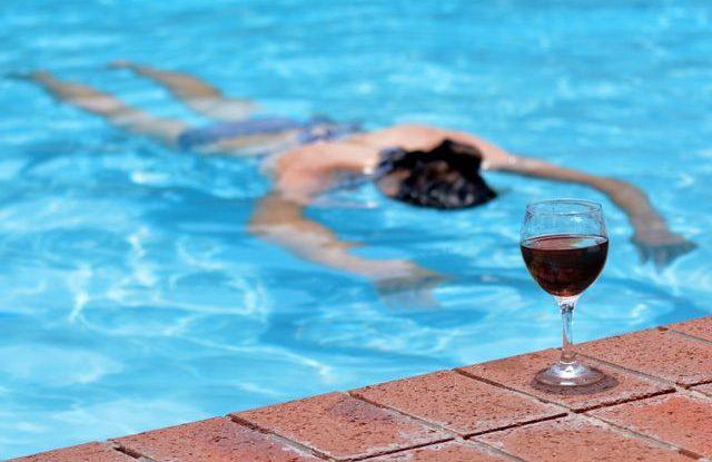bazen_alkohol_vino_utonula_zena_topit_se