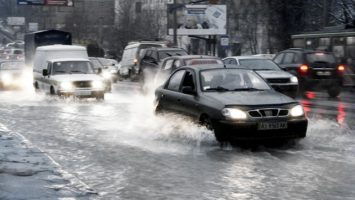 deste_povodne_Ukrajina_Odesa_doprava_automobil