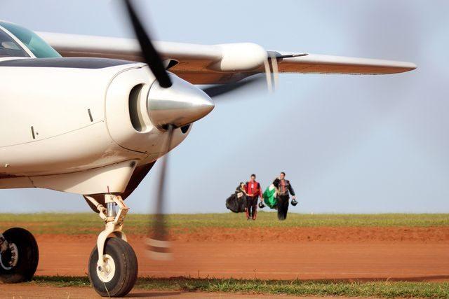 letadlo_parasutiste_seskok
