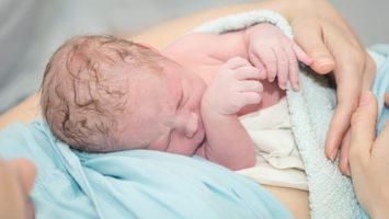 novorozenec_po_porodu_miminko_vrazda