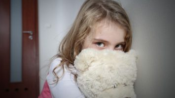 smutna_holcicka_s_medvidkem_dite_deti_pedofilie_obtezovani_zneuzivani