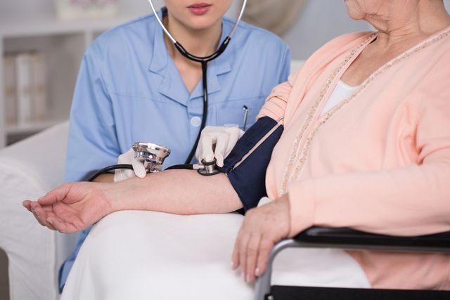 zdravotni_sestra_osetrovatelstvi_zdravotnictvi_krevni_tlak