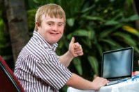 mentalne_postizeny_mladik_na_voziku_handicap_zdravotnictvi