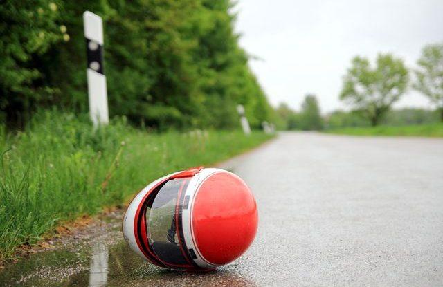 motorkarska_helma_na_silnici_autonehoda_dopravni_nehoda